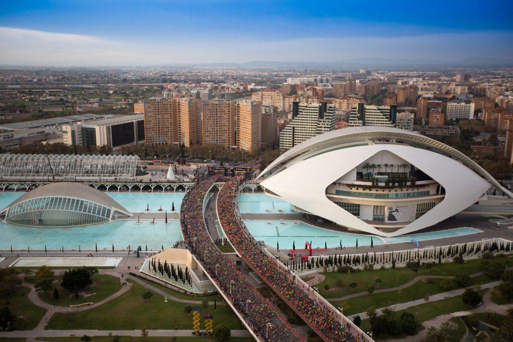 Valencian maraton ja kymppi keräävät lähes 30 000 juoksijaa tasaiseen ja merelliseen kaupunkiin.